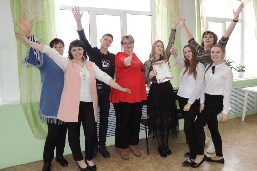 Победительница муниципального конкурса «Ученик года» Анна Чернышева (в центре) с группой поддержки
