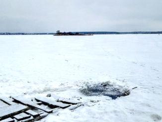 Житель Каслей бьет тревогу — в озерной воде белый налет и неприятный запах