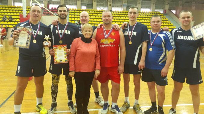 Команда-победительница с руководителем снежинского спорткомитета