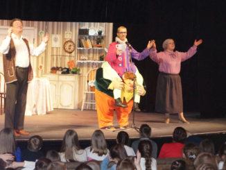 Янис Грантс на сцене театра в образе Робина Бобина