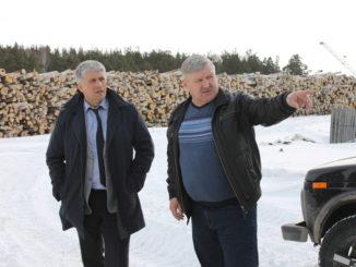 Игорь Колышев и Владимир Пидорский осматривают место прошлогодней аварии на водоводе