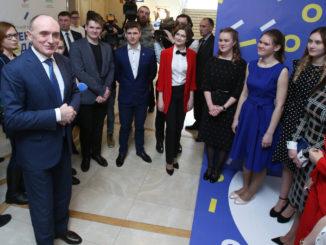 Анна Чернышева (на фото вторая справа)