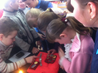 Дети рассматривают награды Андрея Пьянкова