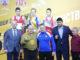 Кубок победителя Якову Сташенко (вверху в центре) вручал первый тренер Константина Цзю Владимир Черня (второй слева)