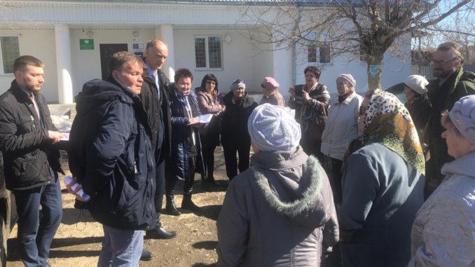 Разговор жителей с депутатом продолжился и на улице