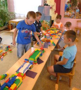 Коллективная творческая работа подготовительной группы: ребята сконструировали разные мосты