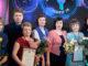 Наталья Шестакова (вторая слева) и Наталья Злоказова (вторая справа) с группой поддержки