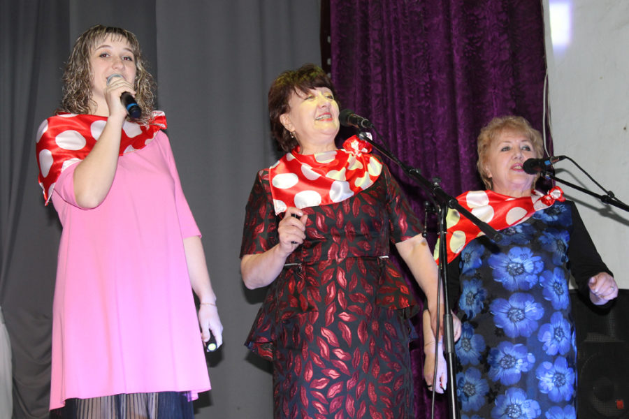 На сцене сотрудники детского сада «Вишенка» с песней «Спасибо, жизнь!»