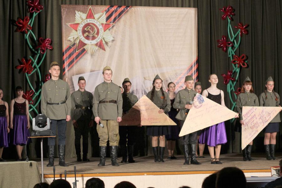 На сцене театральный коллектив «Радуга» с композицией «Письма Победы»