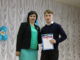 Ирина Быкова поздравляет с заслуженной наградой ученика школы №27 Константина Мочалина