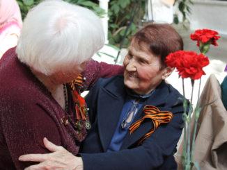 Ветеранам вручают цветы и подарки