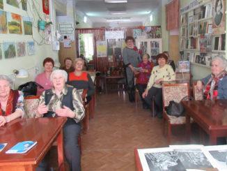 Слушатели музыкальной гостиной. Стоит Нина Александровна Малова
