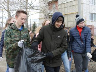 Учащиеся школы №24 собирают мусор на улице Ломоносова