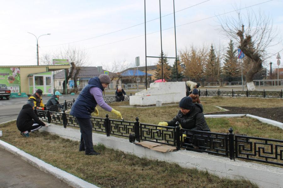 Сотрудники районной администрации и аппарата Собрания депутатов наводят порядок около здания администрации КМР