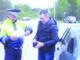 Инспектор ГИБДД Николай Снедков проверяет у водителя документы