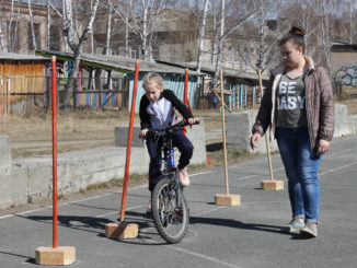 Фигурное вождение выполняет Катя Шурыгина из Огневской команды