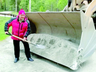 Яков Максимович Гусев контролировал ход строительства и лично принимал участие в ремонтных работах