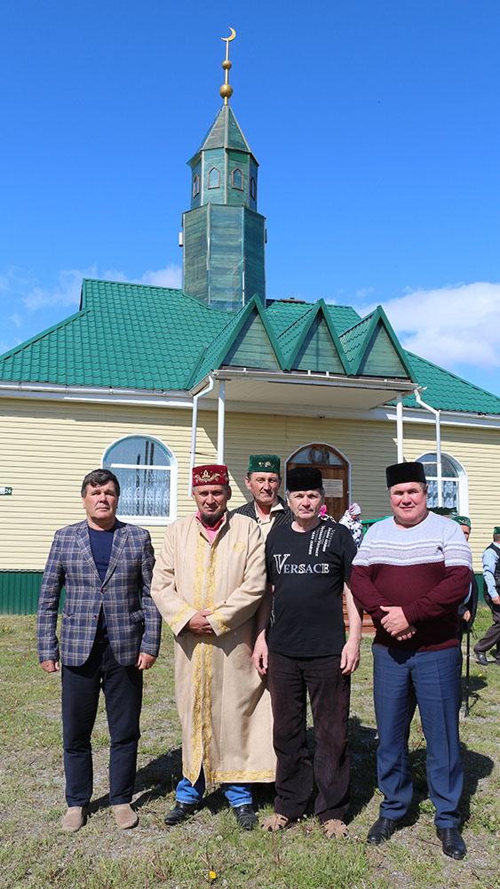Тюбукчане – участники праздника разговения во дворе мечети