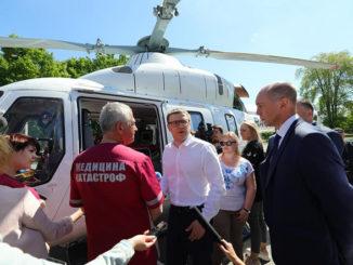 Алексей Текслер на площадке Челябинской областной клинической больницы. Глава региона поставил вертолету «Ансат» «пятерку»