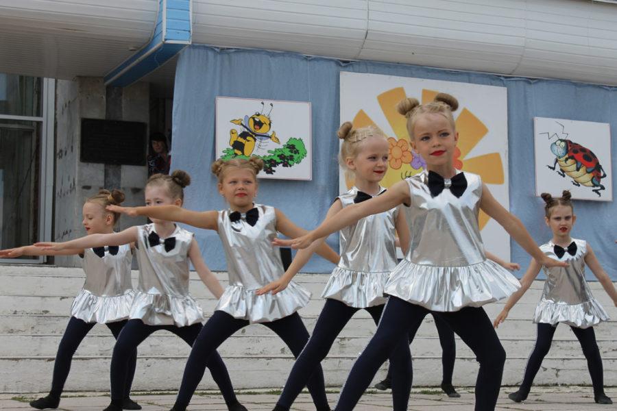 В Каслях в первый день лета самых юных горожан поздравляли с Международным днем защиты детей