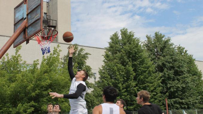 В стритбол играют команды Каслей и Верхнего Уфалея
