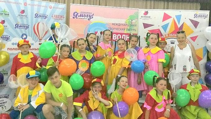 Победившие, уставшие и счастливые юные артисты коллектива «Мандарин»