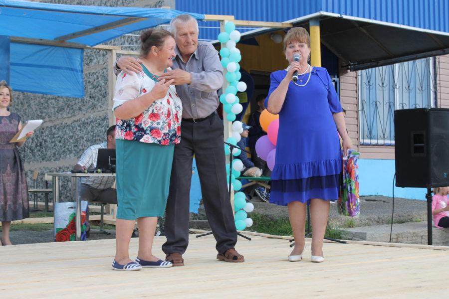 Глазыриных Анну Петровну и Анатолия Ивановича с 45-летием супружеской жизни поздравляет Тамара Гагара