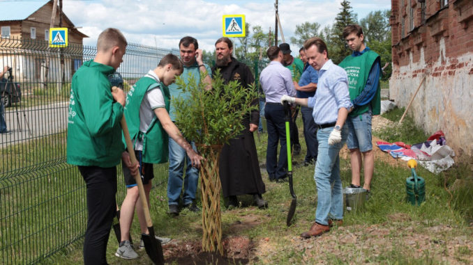 Депутат Госдумы с волонтерами украсил село Булзи ивами