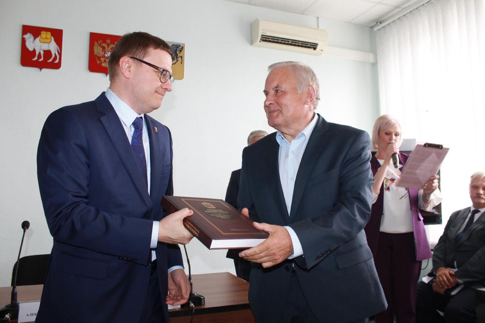 Алексей Текслер вручает Анатолию Мальцеву памятную книгу