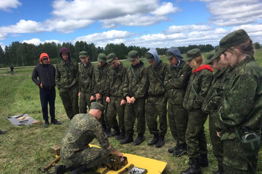 Военнослужащий показывает ребятам мастер-класс по разминированию