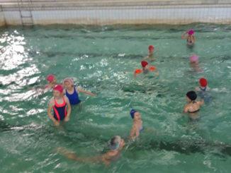 Дети дневного оздоровительного лагеря в бассейне ДЮСШ
