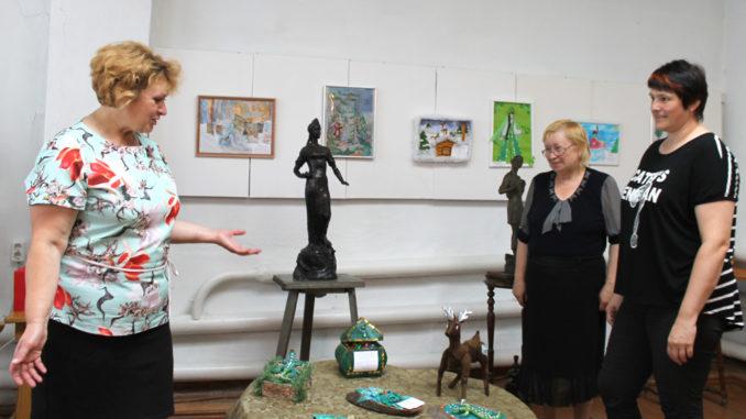 Научный сотрудник музея Марина Смирнова рассказывает об экспонатах выставки
