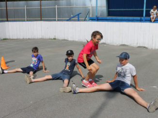 Ребята в спортивном состязании «Веселые старты» прыгали...