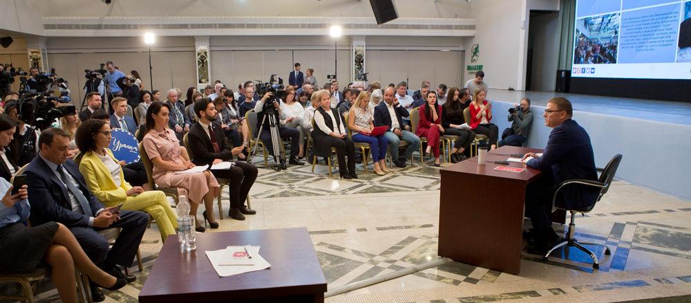 За три часа журналисты успели задать Алексею Леонидовичу Текслеру более 50 вопросов