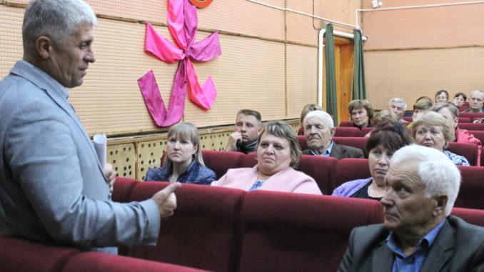 Игорь Владиславович Колышев во время встречи с жителями Шабуровского поселения