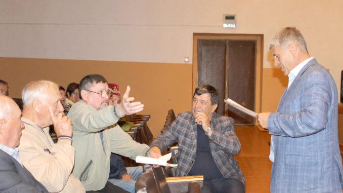 Игорь Владиславович Колышев во время встречи с жителями Тюбукского поселения