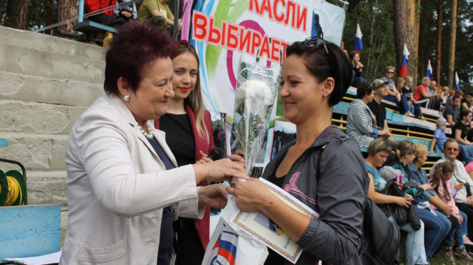 Лариса Александровна Лобашова вручает благодарственное письмо Анне Юшковой, воспитателю д/с №12