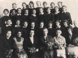 Наталья Михайловна Верич (в первом ряду 3-я слева) и 9 «В» класс. 1963 г.
