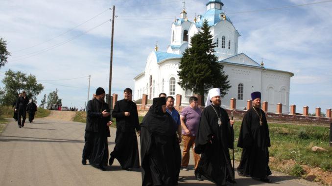 Владыка Григорий (в центре) в сопровождении матушки Феодосии в селе Булзи
