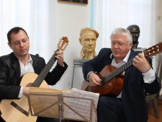 В мастерской скульптора звучит живая музыка в исполнении Александра Еременко и Владимира Блинова