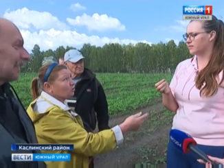 Ольга Сегаль (справа) на сходе с жителями села Григорьевка, кадр из новостного сюжета, показанного на этой неделе по Челябинскому ТВ