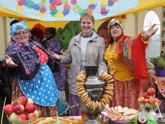 Радушные хозяйки фруктово-ягодного дворика Огневского сельского поселения приглашают гостей