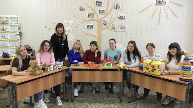 Светлана Геннадьевна Широкова со своими студентками –будущими воспитателями