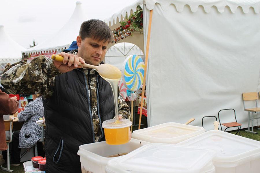 У Константина Веретенова из Тюбука торговля медом идет бойко