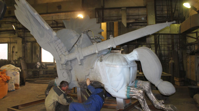 Отлитые части скульптуры рабочие обрабатывают, подгоняя друг к другу, шлифуют для придания гладкости поверхности изваяния
