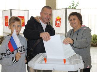 Голосует семья Голышевых – Костя, Сергей и Ирина