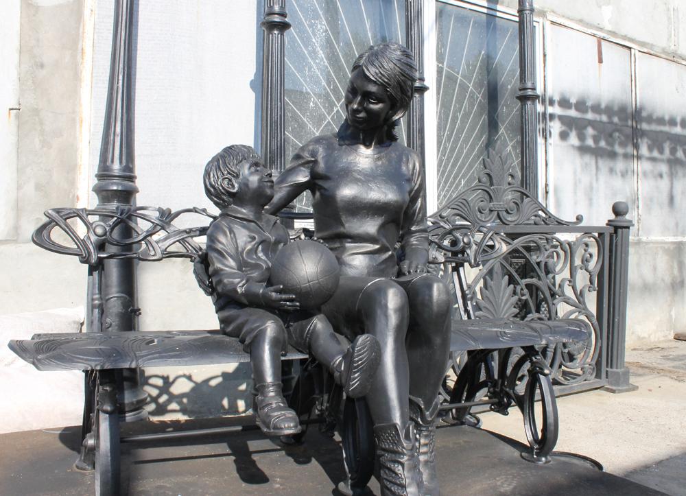 Монументально-парковая композиция «Мама с ребенком», отлита на каслинском предприятии для города Пласта