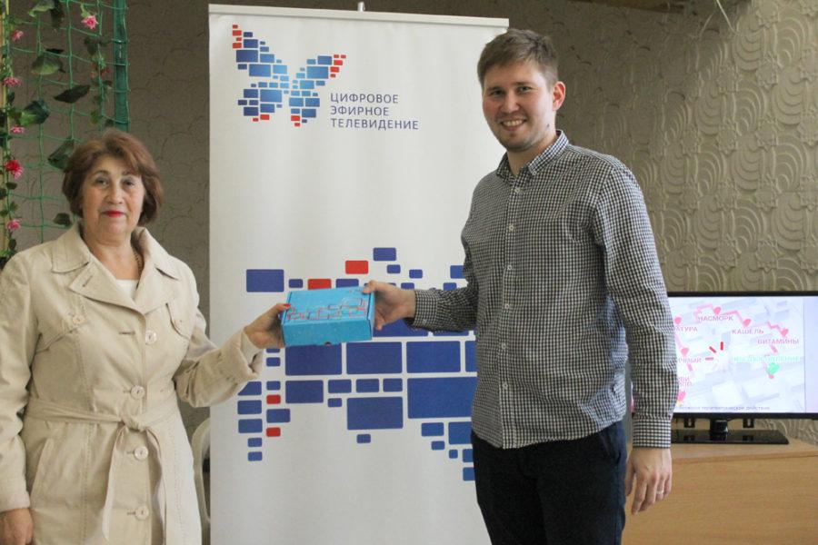 Галина Лобынцева стала обладателем цифровой приставки, которую вручил Даут Хуснутдинов