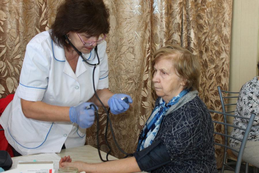 Медики измерили давление у пенсионеров