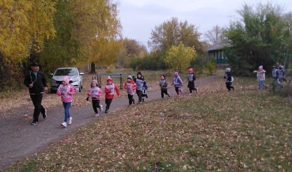 Воспитанники старшей группы детского сада «Сказка» на беговой дистанции
